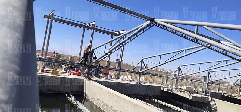 格尔木工业园昆仑工业区工业污水厂污水池保温膜结构工程位于海西蒙古族藏族自治州格尔木市,此项目是国内首个ETFE膜结构污水池加盖工程。   该工程主要建设格尔木工业园昆仑工业区工业污水处理厂首期2.5万立方米/天工程二沉池、水解酸化池和预沉池池体保温膜结构安装。项目用钢量230吨,膜结构展开面积5000平米。    目前,预沉池和酸化水解池钢结构已完成,油漆已完成。二沉池基柱加焊,钢架焊接中。    期待整个工程的完工,来领略它别致的风采。