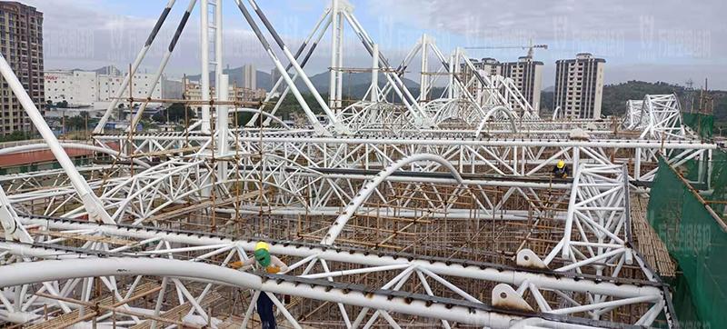 汕尾市体育中心(一期)工程田径场膜结构项目钢结构接近尾声