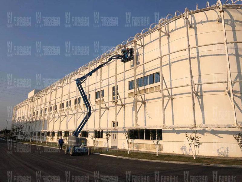 宁波益富乐科技有限公司新厂房外立面PTFE膜结构项目钢结构接近尾声